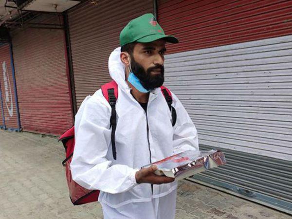 अभी रोजाना सौ के करीब ऑर्डर मिलते हैं। रईस श्रीनगर के 70 फीसदी इलाके को कवर कर रहे हैं।