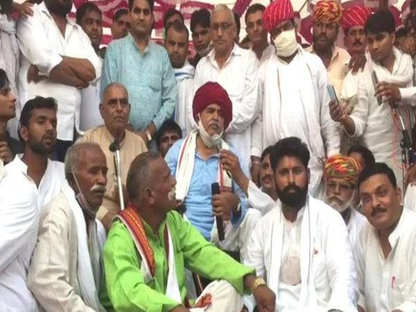 गुर्जर आरक्षण संघर्ष समिति के प्रमुख कर्नल किरोड़ी सिंह बैंसला ने शुक्रवार को ऐलान किया कि गुर्जर आंदोलन 1 नवंबर से शुरु होगा। इसके लिए गुर्जर समाज को पीलू का पुरा में पहुंचने का आह्वान भी किया है। साथ ही, प्रदेश में चक्का जाम करने की चेतावनी भी दे डाली। - Dainik Bhaskar