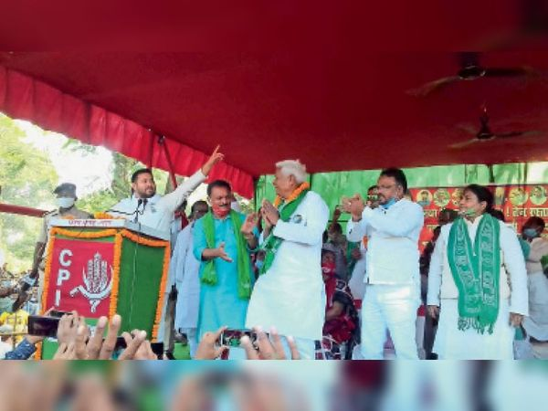 चमथा में सभा को संबोधित करते रक्षा मंत्री राजनाथ सिंह। - Dainik Bhaskar
