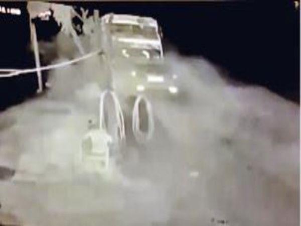 सड़क पर चढ़ती पिकअप से टकराने के बाद चिंगारी उठी और अनियंत्रित होकर कार डंपर से जा टकराई। - Dainik Bhaskar