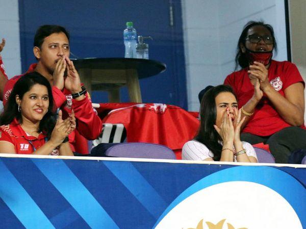 क्रिस गेल की पारी के दौरान प्रिटी जिंटा काफी खुश नजर आ रही थीं।