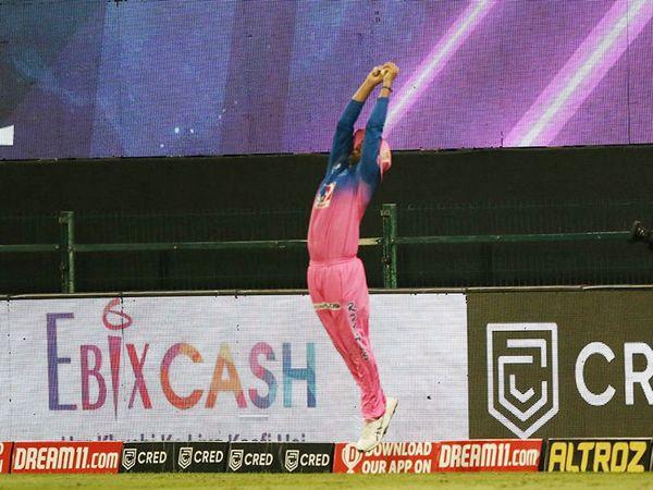 राहुल तेवतिया ने बाउंड्री पर निकोलस पूरन का शानदार कैच पकड़ा। पूरन 10 बॉल पर 22 रन बनाकर आउट हुए।