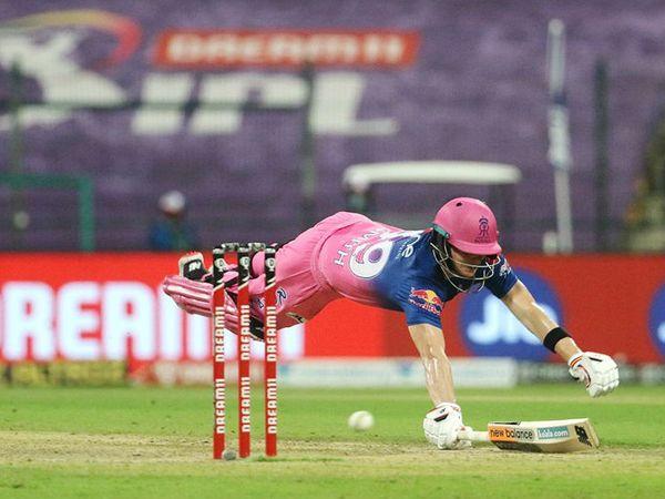 रन लेने के दौरान अपना विकेट बचाने के लिए डाइव लगाते राजस्थान रॉयल्स के कप्तान स्टीव स्मिथ।