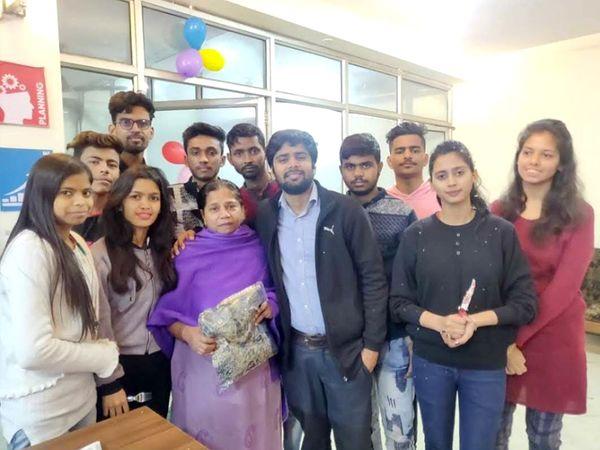 अपनी टीम के साथ शौर्य। मां ने बिजनेस करने का मना किया था लेकिन उन्होंने सोचकर रखा था कि करना तो बिजनेस ही है।
