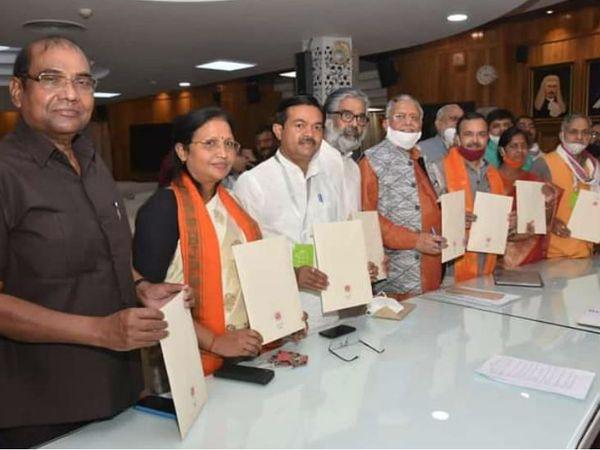 यूपी राज्यसभा के नवनिर्वाचित सदस्यों को प्रमाण पत्र दिया गया। - Dainik Bhaskar
