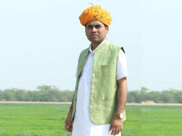 योगेश ने सात किसानों के साथ मिलकर 10 साल पहले खेती शुरू की थी। आज उनके साथ 3000 से ज्यादा किसान जुड़े हैं। - Dainik Bhaskar