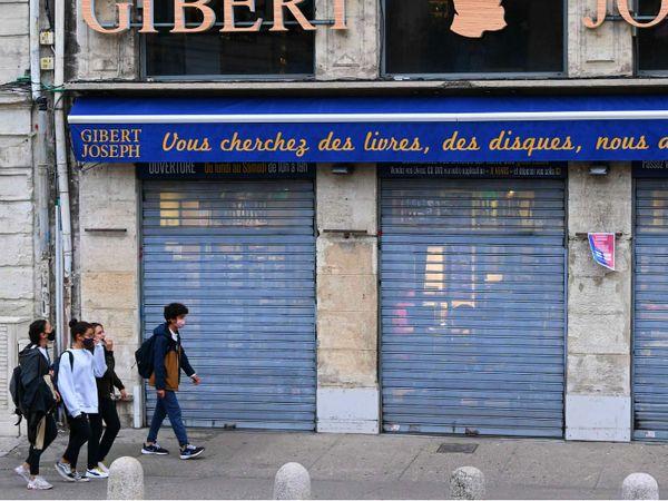 फ्रांस के मोन्टपोलियर शहर में एक सुनसान बाजार से गुजरते स्टूडेट्स। देश में दूसरे लॉकडाउन को करीब एक हफ्ता हो चुका है, लेकिन मामले बढ़ते जा रहे हैं। सोमवार को यहां 52 हजार से ज्यादा नए संक्रमित मिले। - Dainik Bhaskar