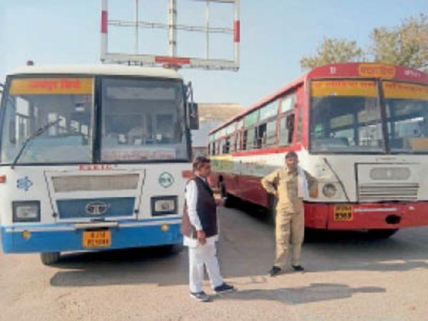 भरतपुर. बस स्टैंड पर खड़ी यूपी और जयपुर डिपो की बसें। - Dainik Bhaskar
