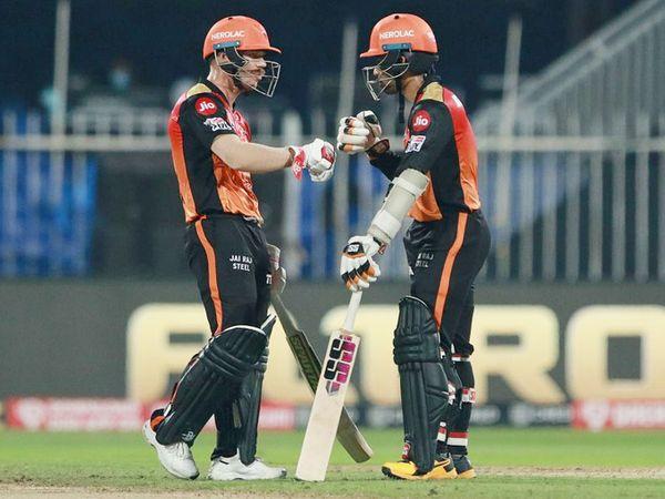 सनराइजर्स हैदराबाद के कप्तान डेविड वॉर्नर और ऋद्धिमान साहा ने पहले विकेट के लिए 151 रन की ओपनिंग पार्टनरशिप कर टीम को आसान जीत दिलाई। - Dainik Bhaskar
