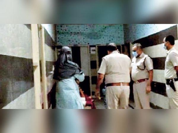 रोहतक के दिल्ली बाईपास पर स्थित एक होटल में बंधक बनाई गई युवती को छुड़वाने पहुंची पुलिस और पीड़िता की बहन। - Dainik Bhaskar