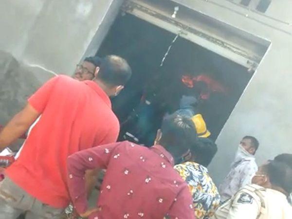 गोदाम में रेस्क्यू में जुटे लोग।