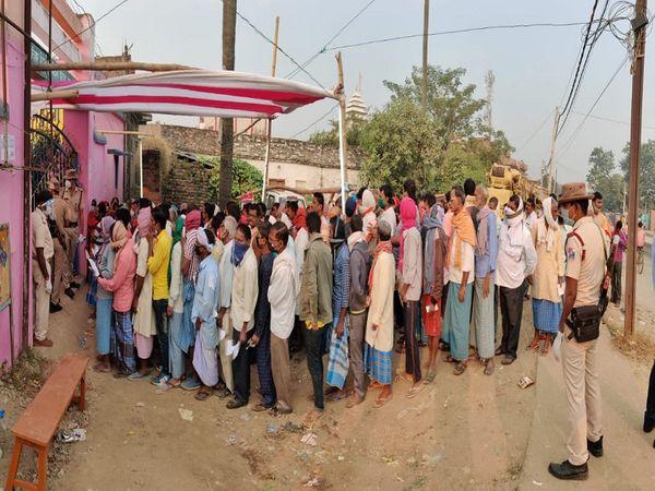 बिहार में दूसरे चरण के मतदान में बूथों पर ऐसी भीड़ दिखी। - Dainik Bhaskar