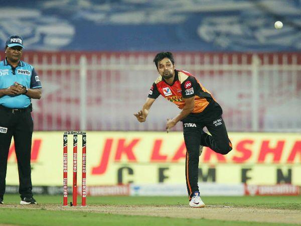 शाहबाज नदीम ने 4 ओवर में 19 रन देकर 2 विकेट लिए। उन्हें मैन ऑफ द मैच भी चुना गया।