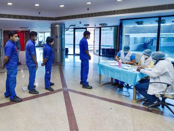फोटो दिल्ली के सिविक सेंटर की है। यहां दिल्ली नगर निगम के कर्मचारियों का मंगलवार को कोरोना टेस्ट हुआ। राजधानी के आंकड़ों से पता चलता है कि यहां कोरोना का  तीसरा लहर शुरू हो चुका है। - Dainik Bhaskar
