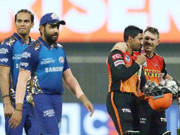 सनराइजर्स हैदराबाद के कप्तान डेविड वॉर्नर और ऋद्धिमान साहा ने अपने दम पर टीम को प्ले-ऑफ में पहुंचाया। - Dainik Bhaskar