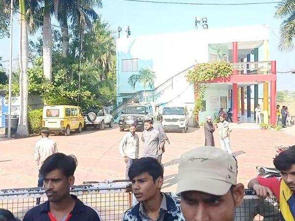कार्रवाई को देखते हुए इलाके में हलचल बढ़ गई थी।