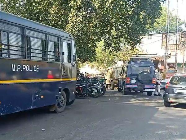 विरोध को देखते हुए बड़ी संख्या में पुलिस बल तैनात किया गया है।