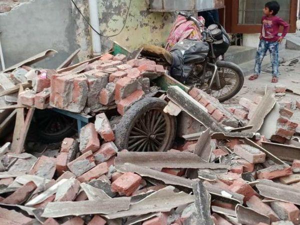 ताया जा रहा है कि फैक्ट्री का संचालन अवैध रूप से किया जा रहा था।इस दौरान वहां ब्यालर तेज धमाके की आवाज के साथ फट गया। इस हादसे में तीनों मजदूर गंभीर रूप से झुलस गए। - Dainik Bhaskar