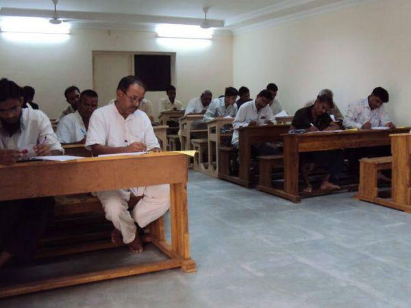 गुजरात की जेलों में कैदियों की पढ़ाई के लिए ओपन यूनिवर्सिटी के साथ कई अभ्यास क्रम भी चल रहे हैं। जिसके चलते, कैदी आगे की पढ़ाई भी कर रहे हैं।