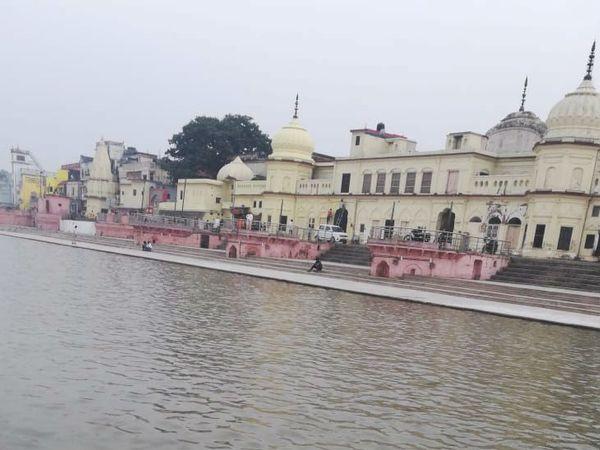 यह फोटो अयोध्या में राम की पैड़ी की है। अक्सर सूखी रहने वाली राम की पैड़ी इन दिनों अनवरत जल से प्रवाहित है। - Dainik Bhaskar