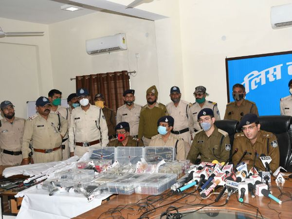 कांग्रेस नेता के घर से हथियारों का जखीरा बरामद होने की जानकारी देते एसपी सिद्धार्थ बहुगुणा - Dainik Bhaskar