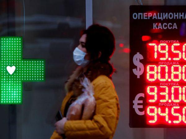यह फोटो रूस की राजधानी मॉस्को का है। स्ट्रीट से गुजरती महिला मास्क पहने दिख रही है। यहां एक दिन में 6 हजार 253 नए मामले सामने आए। रूस में अब तक कुल 17 लाख 33 हजार 440 लोगों में कोरोना की पुष्टि हो चुकी है। (फाइल फोटो) - Dainik Bhaskar