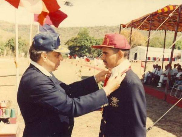 ट्रेनिंग के दौरान अंकुर को रोइंग में गोल्ड मिला था। लेफ्टिनेंट जनरल एसके जेटली अंकुर को सम्मानित करते हुए।