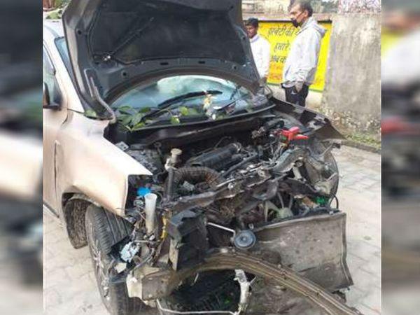 पोल से टकराने के बाद क्षतिग्रस्त कार। इसकी हालत देखकर अंदाजा लगाया जा सकता है कि कार की स्पीड कितनी तेज रही होगी। - Dainik Bhaskar