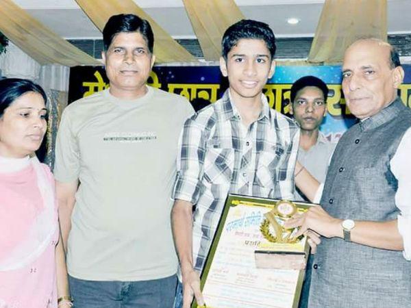 10वीं में टॉप करने पर केंद्रीय गृहमंत्री राजनाथ सिंह ने सम्मानित किया था।