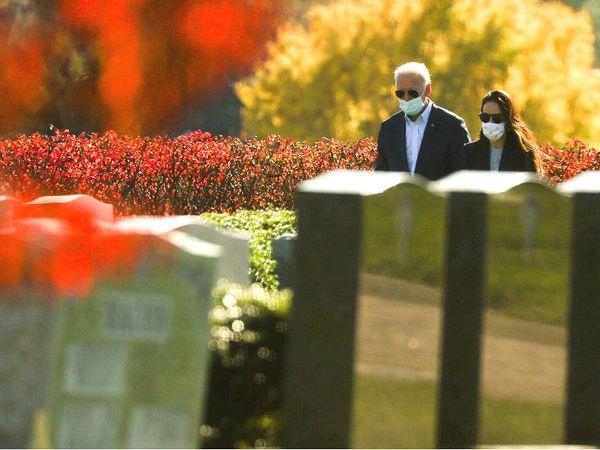 प्रेसिडेंट इलेक्ट जो बाइडेन रविवार को विल्मिंगटन के कब्रगाह में परिवार के लोगों को श्रद्धांजलि देने पहुंचे थे।