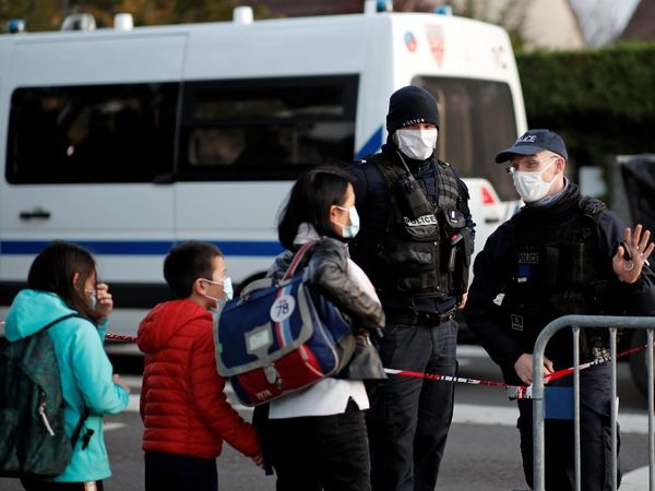 पेरिस में लोगों से ऐहतियात बरतने की अपील की जा रही है।