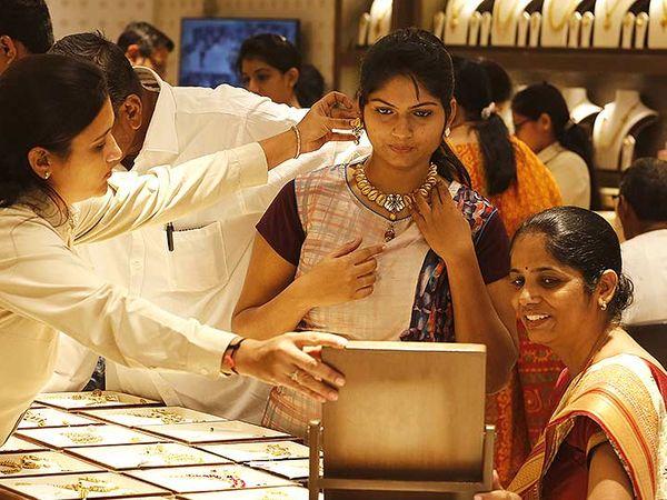 दिसंबर में डिलीवर होने वाले सोने की कीमत 836 रुपए या 1.68 प्रतिशत की बढ़त के साथ 50,584 रुपए प्रति 10 ग्राम हो गई - Dainik Bhaskar
