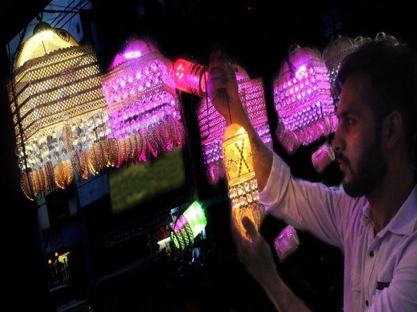 एमजी रोड की शॉप में सात इंच के झूमर के साथ युवक। - Dainik Bhaskar