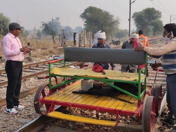 ट्रैक खाली होते ही रेलवे ने मरम्मत का काम शुरू किया।