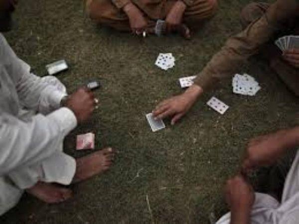 घर के अंदर जुआ खेल रहे थे। आरोपियों से नकदी भी बरामद हुई। - Dainik Bhaskar