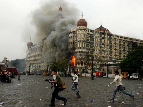 26 नवंबर 2008 को समुद्र के रास्ते कराची से आए पाकिस्तानी आतंकवादियों ने मुंबई में कई जगह हमला किया था।  -फाइल फोटो - Dainik Bhaskar