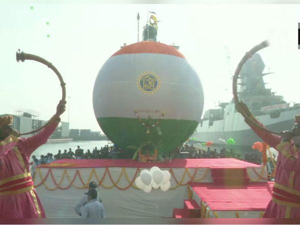 शाही अंदाज में पनडुब्बी को नौसेना में शामिल किया गया।