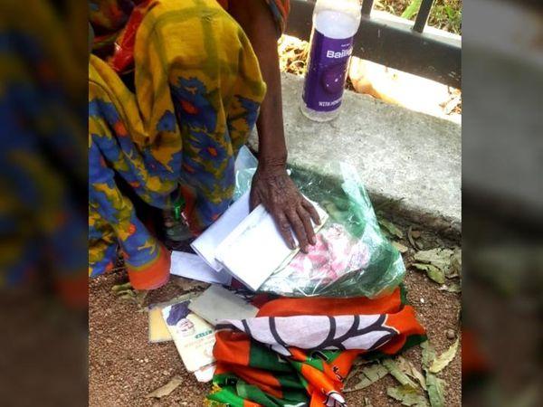 मुखियाइन देवी के पास मिला भाजपा का झंडा और पीएम मोदी की कई तस्वीरें।