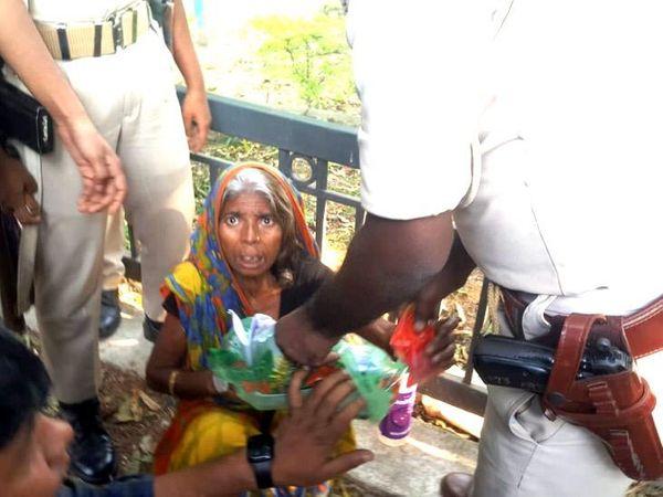 सीएम आवास पहुंची मुखियाईन देवी को पुलिसकर्मियों ने अंदर जाने से रोक दिया। - Dainik Bhaskar