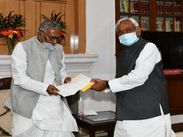 राज्यपाल फागू चौहान को इस्तीफा सौंपते नीतीश कुमार। - Dainik Bhaskar