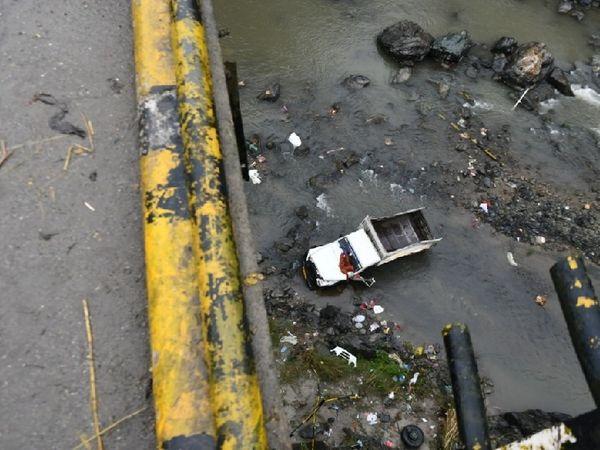 हिमाचल के मंडी में हादसे के बाद पुल के नीचे गिरी पिकअप। मारे गए सभी सात मजदूर बिहार के रहने वाले थे। - Dainik Bhaskar