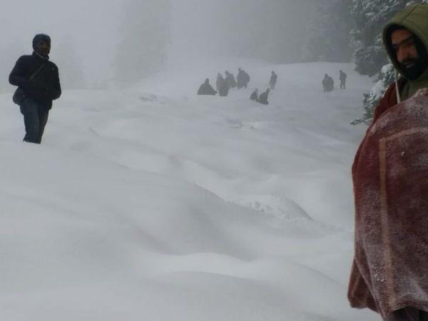 सिंथान पास में 10 नागरिक बर्फ में फंस गए। सेना और जम्मू-कश्मीर पुलिस ने साझा ऑपरेशन चलाकर इन्हें रेस्क्यू किया।