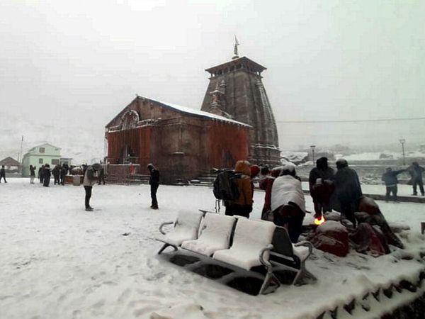 लगातार बर्फबारी की वजह से केदारनाथ धाम में सोमवार को हर जगह बर्फ की चादर नजर आई।