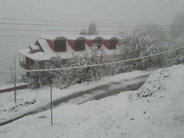 शिमला के पास मंढोल गांव में पहाड़ी मकान और पेड़ों पर बर्फ की परत चढ़ गई है। तापमान में भी गिरावट आई है।