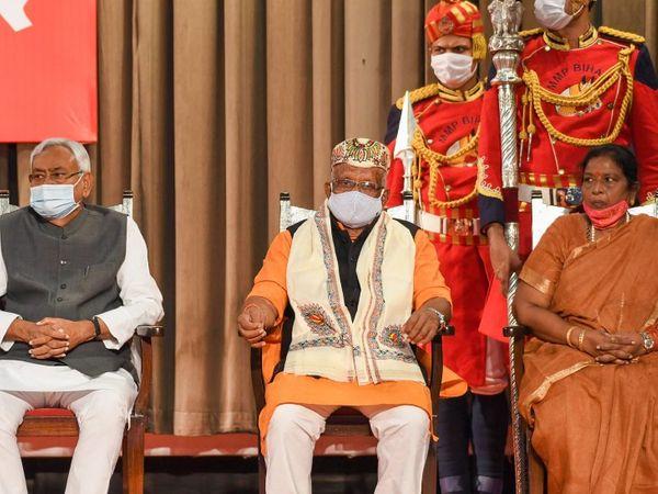 नीतीश कुमार के साथ तारकिशोर (बीच में) और रेणु देवी। मंच पर तीन ही कुर्सियां लगाई गई थीं। इससे साफ हो गया कि बिहार में ये दो नेता डिप्टी सीएम होंगे।