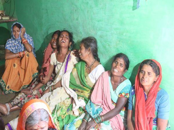 एक ही परिवार के पांच लोगों की मौत के बाद गांव में मातम पसरा हुआ है।