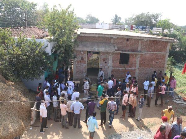 यह तस्वीर रायपुर के केंद्री गांव में रहने वाले कमलेश साहू के घर की है। पांच लोगों की मौत के बाद यहां लोगों की भीड़ जमा है। - Dainik Bhaskar