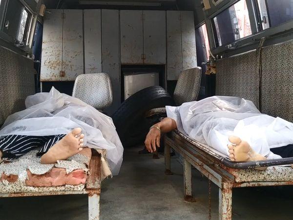 एंबुलेंस में मृतकों के शव। घायलों को वडोदरा के सयाजी हॉस्पिटल में भर्ती किया गया है।