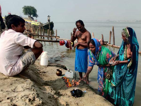 नहाय-खाय के दिन घाट पर पूजा करतीं छठव्रती महिलाएं