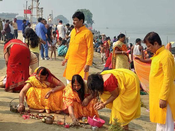 नहाय खाय के मौके पर घाटों पर छठव्रतियों की उमड़ी भीड़। - Dainik Bhaskar